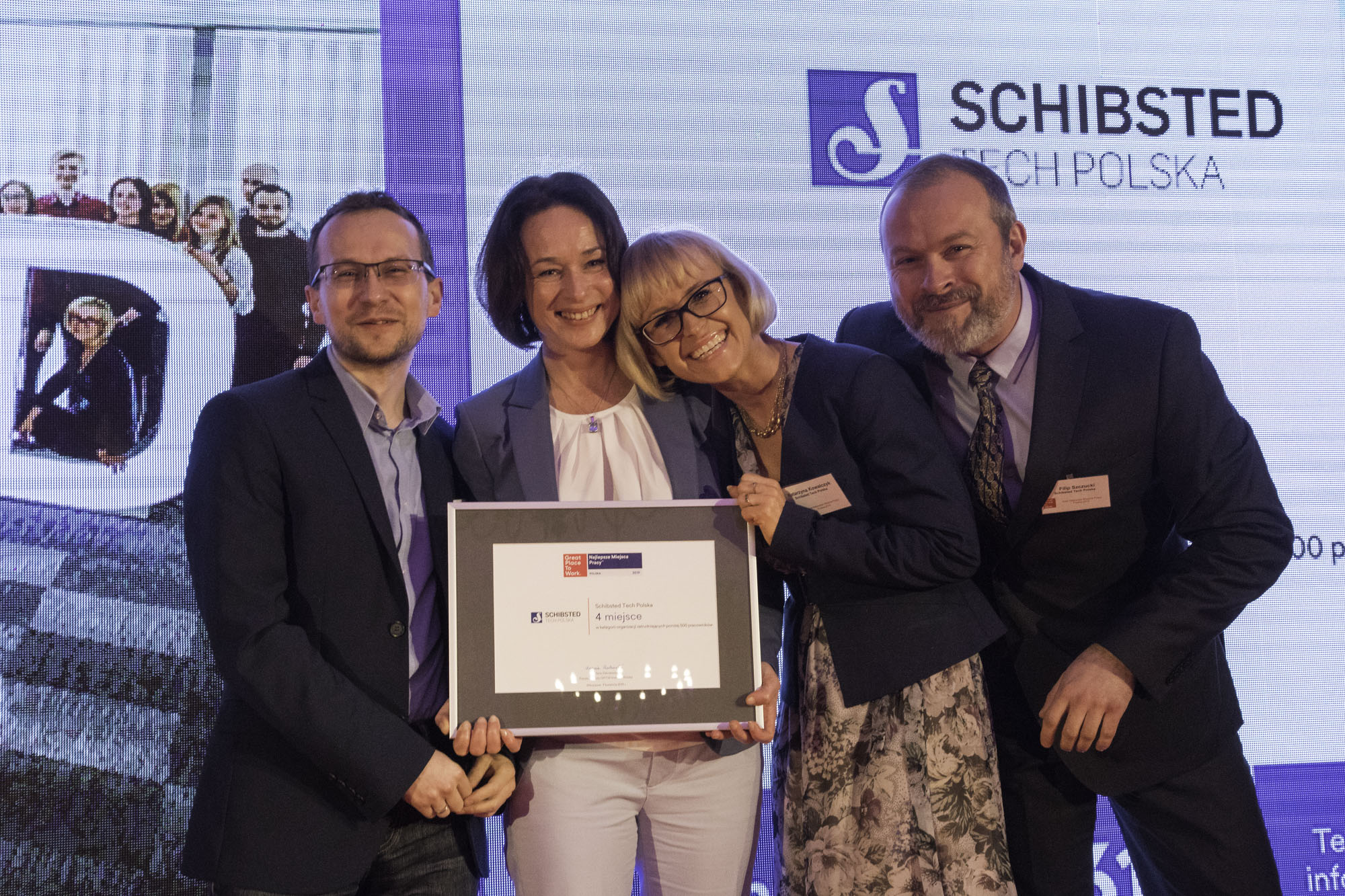 The Schibsted Tech Polska management team with the award diploma: Konrad Pietrzkiewicz, Joanna Zasadzińska, Katarzyna Kowalczyk, and Filip Szczucki.