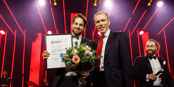 Kennet Jokisalo (left) from Schibsted Media Group's online marketplace in Finland received the prize for Sales Person of the Year from the hands of CEO Rolv Erik Ryssdal. (All photos: Kilian Munch.)