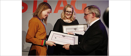 VG's journalists Maria Mikkelsen (left) and Synnøve Åsebø was presented with the prize by the jury chair Harald Stanghelle. Photo: Trond Solberg, VG